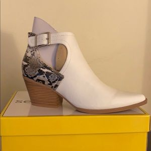Gorgeous Pointy toe White booties